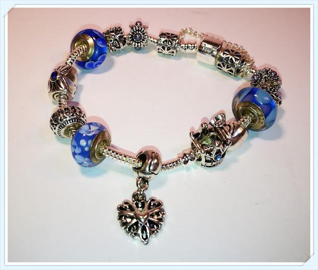 Schönes Armband mit Charms von ATE