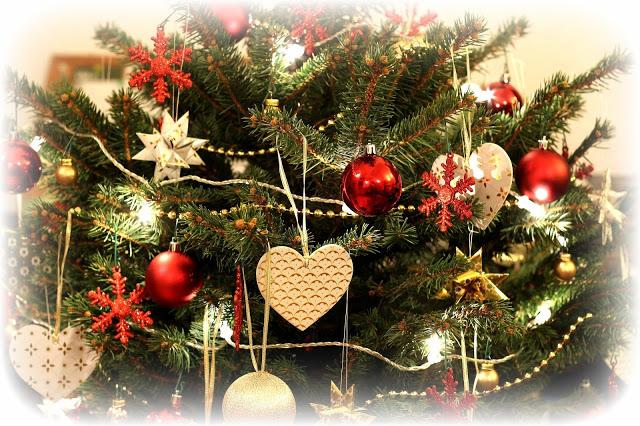 Weihnachten: Christbaum im Raum