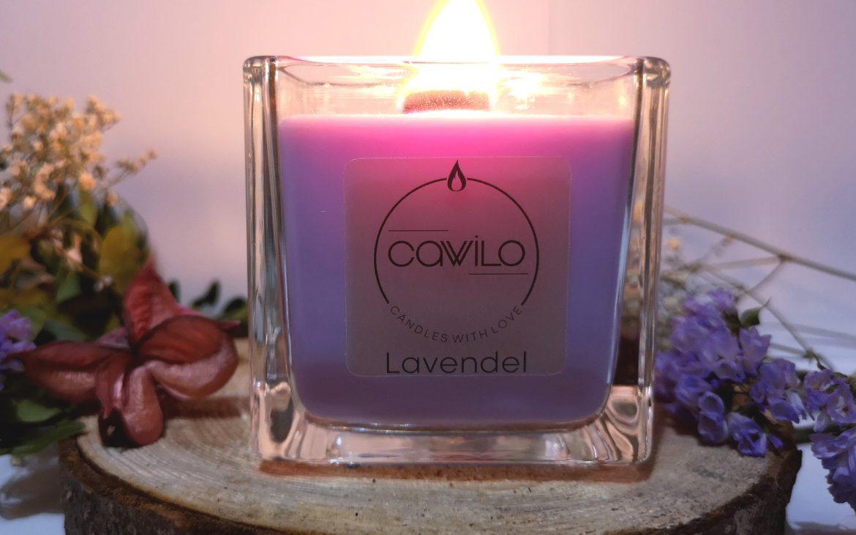 Die Lavendel Kerze wird nicht mit synthetischen oder naturidentischen Düftölen, sondern mit qualitativ hochwertigem ätherischen Öl hergestellt.